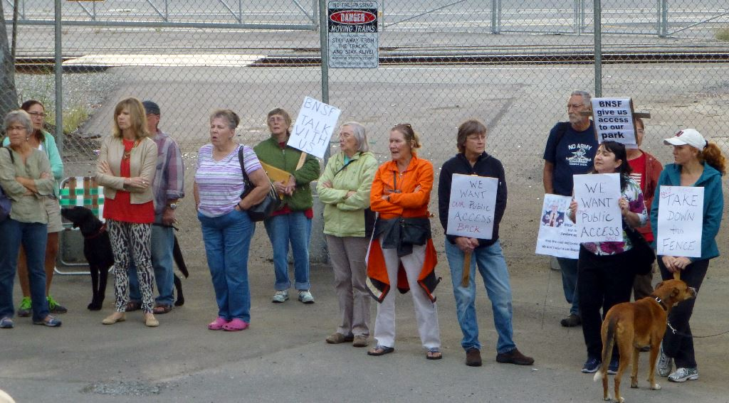 2014-09-08_train-fence-protest-2